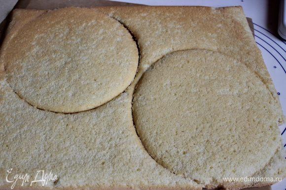 Готовый бисквит достаем, и вырезаем сразу кольцом 20см d два круга. Затем переворачиваем бисквит на бумагу. И убираем лишний бисквит. Пусть теперь отдыхает.