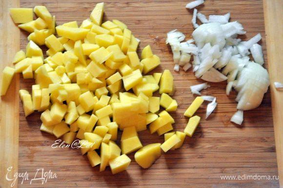 Картофель очистить и нарезать кубиками. Порезать луковицу.