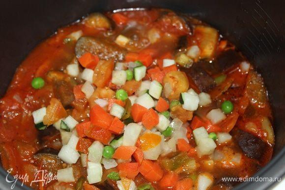 Потом я решила еще добавить смесь из цукини, горошка и моркови. Можно немного для тушения добавить воды.