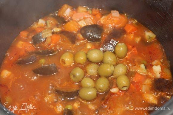 Как только все овощи хорошо потушены и мягкие, добавить маслины или каперсы. Потушить еще 5 мин. и выключить огонь.
