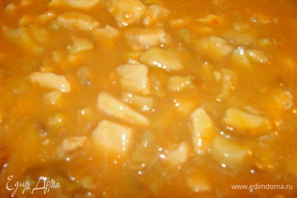 На сковороде обжарить лук, потом добавить муку, залить бульон, тщательно перемешать и добавить курицу, потом вылить измельченные помидоры. Тушить до готовности. Соль, перец по вкусу. И конечно я не удержалась и добавила еще жареные белые грибочки))) А почему нет, получилось только лучше! Соус получается нежнейший, за счет того, что лук и томаты измельчены практически в пасту! Можно пойти еще дальше и в конце все вместе измельчить в блендаре! Тогда получится крем-соус!