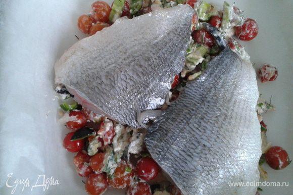 Форму застилаем пергаментной бумагой, выкладываем творожно-овощную массу, на нее филе дорады, добавляем вино и закрываем пергаментной бумагой. Запекаем в духовке 30 мин.