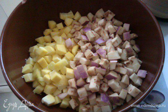 Баклажаны и цукини режем небольшими кубиками, солим и оставляем в чашке на 15 минут.