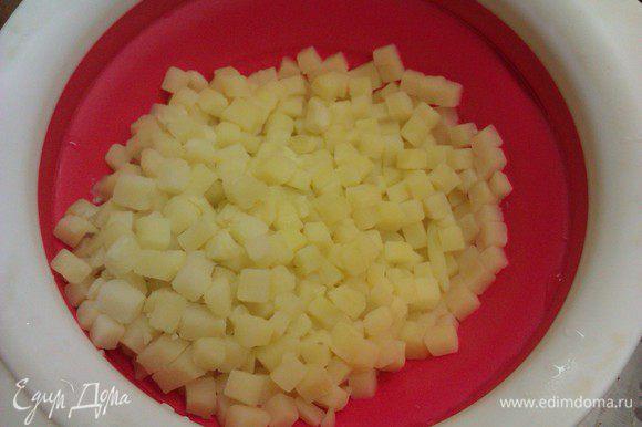 Картофель чистим, режем на небольшие кубики. В кастрюле доводим воду до кипения, добавляем картофель и варим 3-4 минуты до полуготовности. Откидываем картофель на дуршлаг, остужаем.