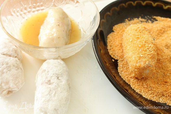 В отдельные мисочки насыпаем муку, панировочные сухари,взбитое с щепоткой соли и молотого перца яйцо. Каждый рулетик хорошо обвалять в муке, затем окунуть в яичную смесь, обвалять в панировочных сухарях. Нагреть сковороду с растительным маслом и обжарить рулетики до золотистого цвета на минимальном огне под слегка приоткрытой крышкой.