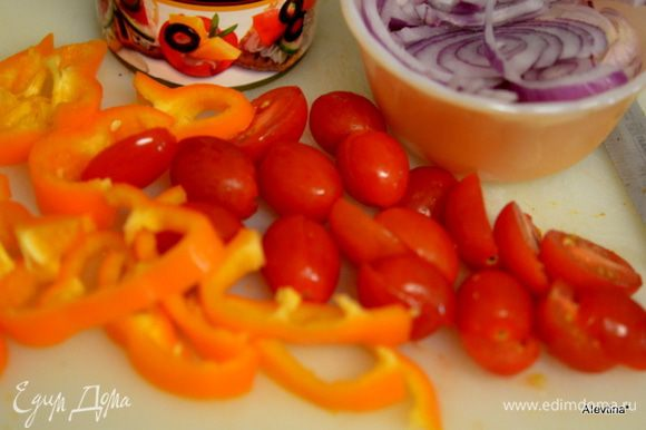 Помоем и порежем овощи. Выложим поверх колбаски и слегка обжарим вместе.