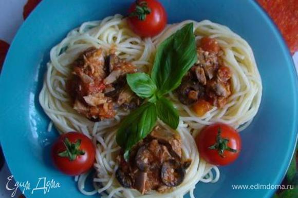 Подавать спагетти с соусом.