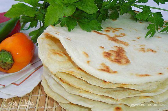Вот и все примудрости. Лепешки можно употреблять как хлеб, а можно и как закуску, завернув в них предварительно сыр, мясо или овощи.