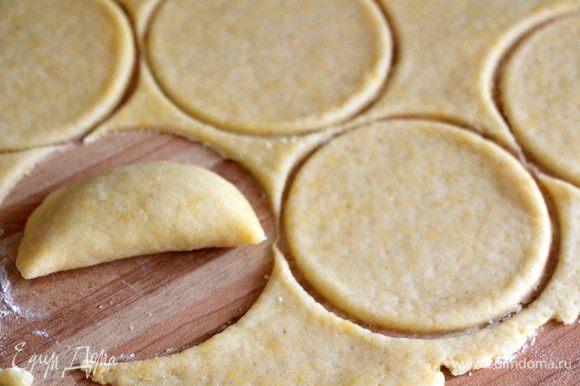 Вымешиваем тесто и тонко раскатываем его. Если есть специальная форма для равиоли с зубчиками - используем ее, если нет, вырезаем круги стаканом))