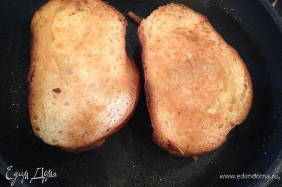 На другой сковороде обжариваем белый хлеб на оливковом масле.