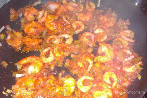 Промыть и порезать лук-порей. Обжарить его в масле. Добавить томатную пасту и креветки.