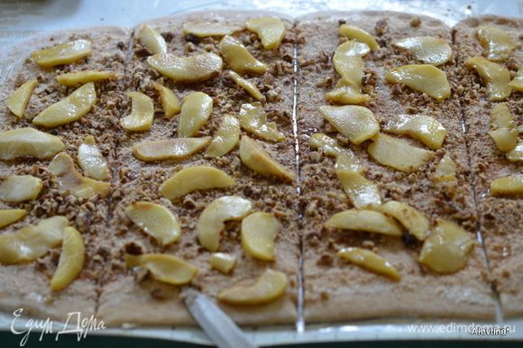 Затем выложим яблоки и орехи. Линейкой или на глаз поделим тесто на ровные 4 части.
