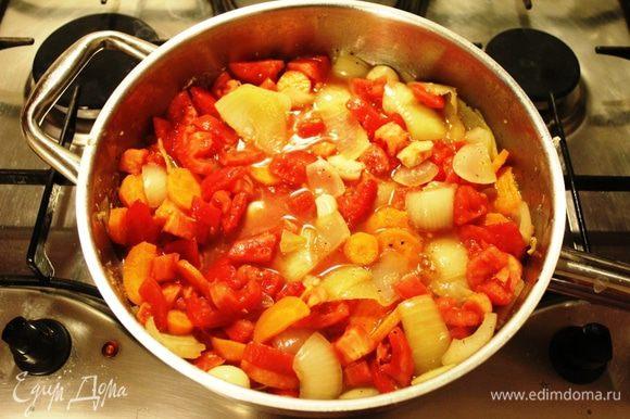 Добавить порезанные помидоры и подержать под крышкой на среднем огне 2-3 минуты. Общее время приготовления овощей - не более 10 минут. Разогреть духовку до 180 градусов.