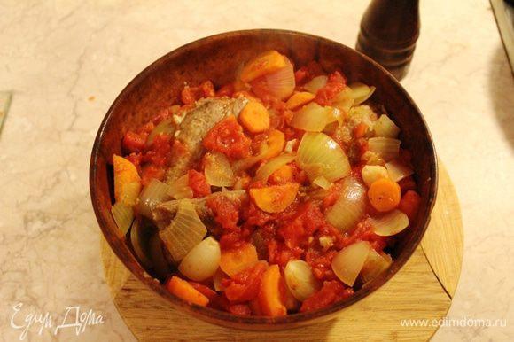 Все овощи выложить сверху мяса. Добавить еще немного перца (по желанию), влить воду, чуть присолить. Вода должна доходить до верха, но не закрывать мясо полностью. Поставить в разогретую духовку на 20 минут, потом убавить температуру до 160 градусов и томить под закрытой крышкой 2 часа. Можно поставить таймер на 2 часа, а после выключения оставить в теплой духовке на ночь.