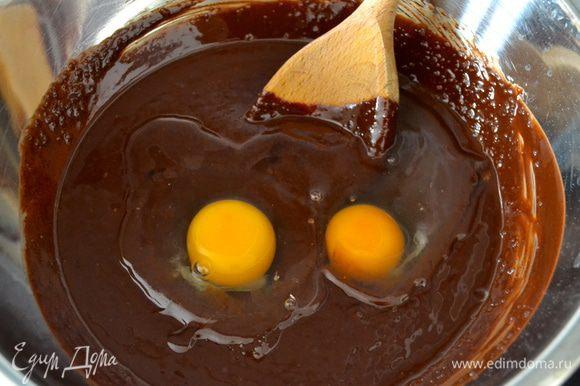 Следом добавить яйца. Размешать и добавить экстракт ванили или ванилин.