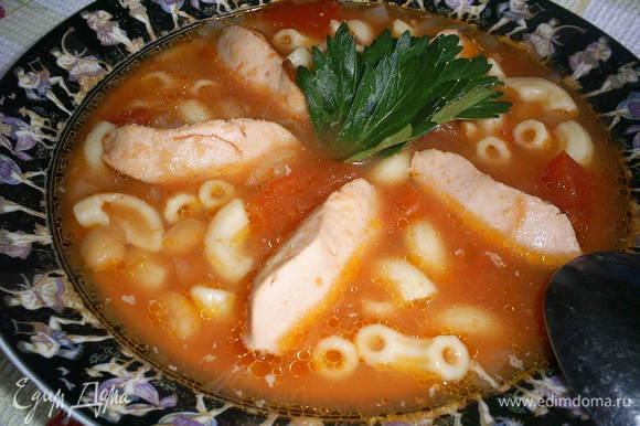 В суп добавляем консервированную фасоль, обжаренные сосиски и предварительно сваренные мелкие макароны. Регулируем соль по вкусу. Даем покипеть еще пару минут. Зовем всех к столу. Приятного аппетита!