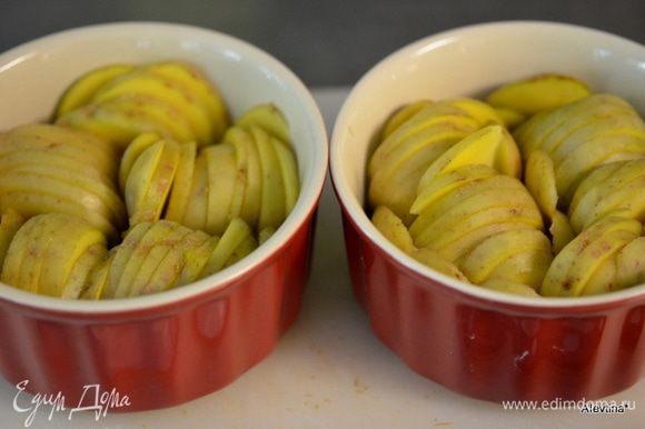 Разогреть духовку до 190 гр. Картофель тонко порезать, если молодой можно с кожурой. Уложить в блюдо впритык с друг другом.