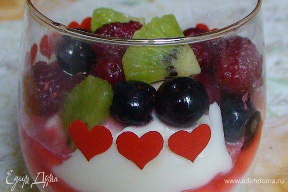 Достать бокалы, полить соком, чтобы он красиво протекал внутри и разложить ягоды. По желанию украсить кусочками киви или листиками мяты.