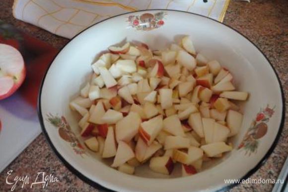 а остальные кубиками. Яйца с сахаром взбить миксером до растворения сахара. Добавить сметану, крахмал, нарезанные кусочками яблоки и перемешать.