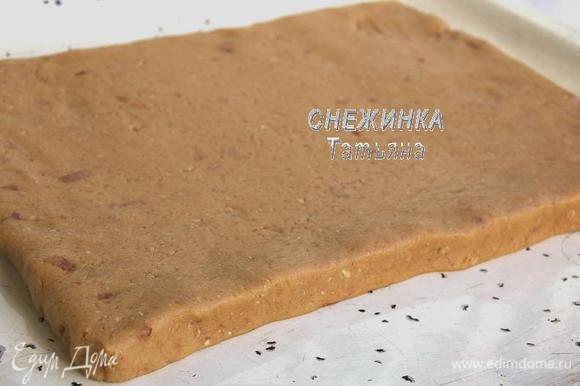 Противень смазываем маслом. Тесто раскатываем в пласт, высотой около 1,5-2 см. Кладём на противень.