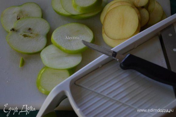 Разогреем духовку до 120 гр. Яблоки тонко порежем,очистим от семечек. Смешаем корицу с сахаром.