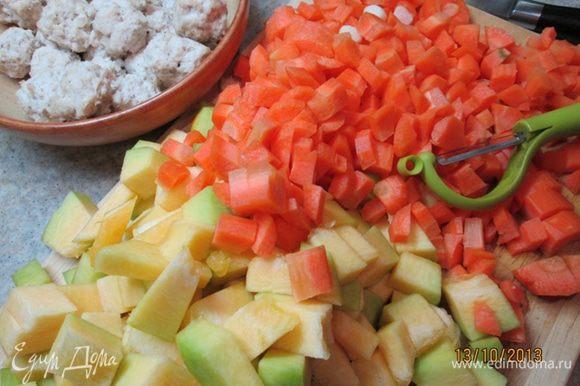 Тыкву, морковь, лук, чеснок порезать кубиками. Разогреть в широкой кастрюле с толстым дном оливковое масло (3 ст. л.), обжарить лук. Добавить остальные овощи и куркуму, готовить без крышки 10 мин.