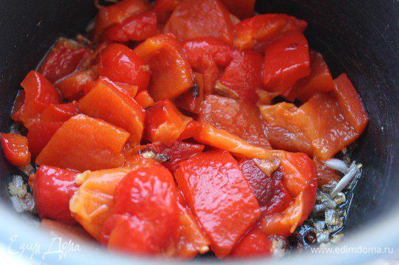 Перец очистить от кожицы и семян. Порезать. Лук порубить мелко. Разогреть 2 ст.л. оливкового масла и обжарить половину нарезанного лука в течение 3 минут. Добавить перец, налить 200 г воды или бульона, посолить и варить на слабом огне 15 минут под крышкой.
