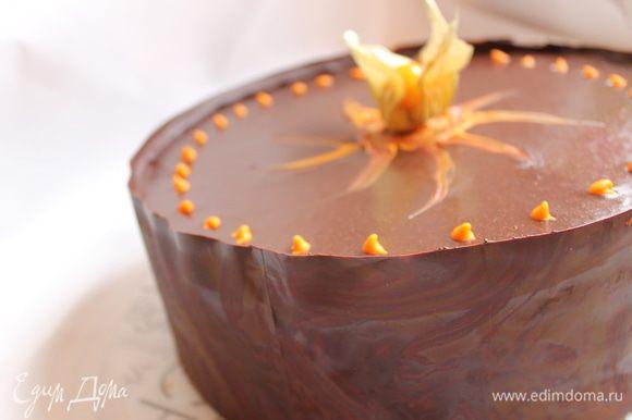 Бока я украсила шоколадной лентой. Для этого можно взять готовые пластины или просто из бумаги для выпечки вырезать полоску по высоте торта и длине. Намазываем растопленным шоколадом, даем 3 минуты полежать на столе и прикладываем ее к бокам. Ставим в холод не надолго, она схватывается быстро. Все, наш торт готов!