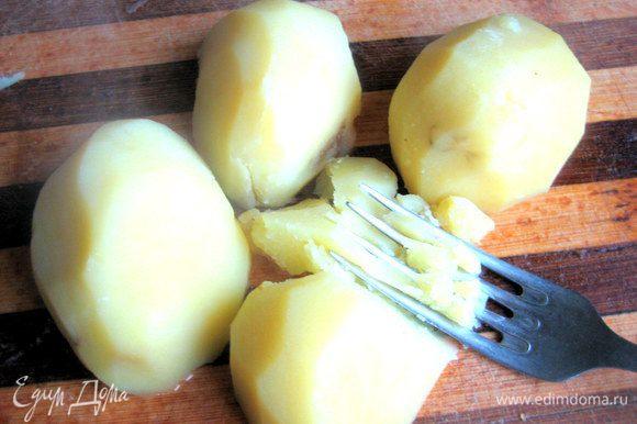 Если картофель к этому времени сварился,вынимаем на доску или тарелку.