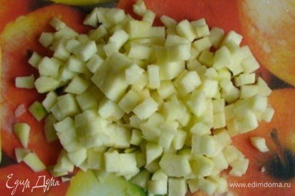 Снять с яблока шкуру. Яблоко измельчить.