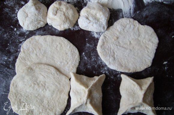 Когда тесто подойдёт, разделить на шарики с грецкий орех и раскатать на тонкие круглые сочни. Сделать четырёхугольные пирожки и выпекать в духовом шкафу 20-30 минут.