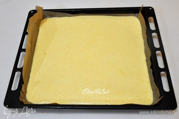 Тесто вылить на противень, застеленный пергаментом. Выпекать в предварительно разогретой до 180С духовке минут 20-25. Готовности бисквита проверить деревянной шпажкой.