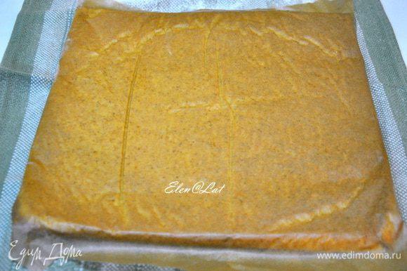 Готовый корж перевернуть на посыпанное сахарной пудрой полотенце, Чтобы сверху оказалась бумага.