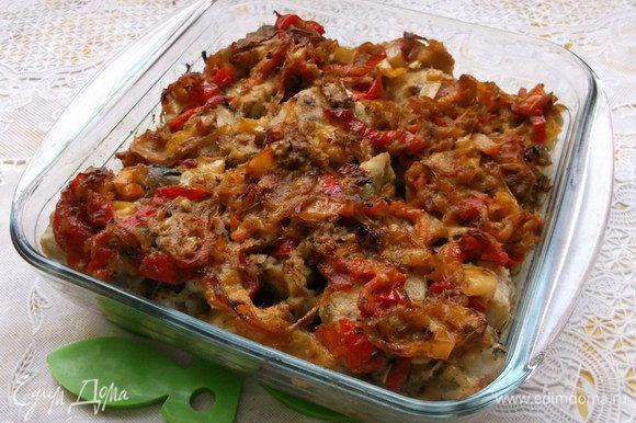 Болгарский перец очистить от семян и нарезать соломкой. Лук нарезать полукольцами. Обжарить овощи на разогретой с маслом сковороде до готовности. Затем добавить горчицу и жарить еще 2 минуты.