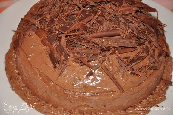 И выложить сверху шоколадный мусс. Отправить в холодильник на 4 часа минимум. Перед подачей торт посыпать шоколадной стружкой, какао и украсить малиной. Приятного аппетита!