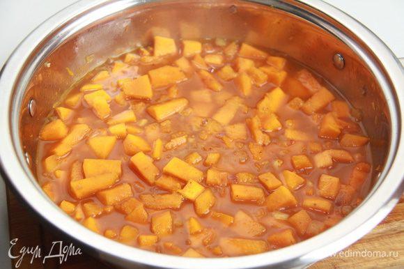 Налить бульон, чтобы покрыть тыкву, и довести до кипения. Варить 10 минут, затем снять с огня и дать немного остыть.