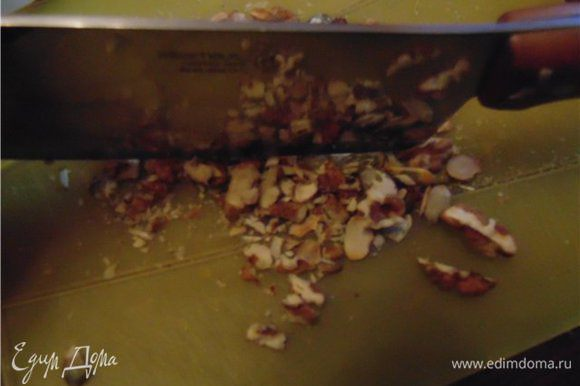 Измельчаем орехи. Так же слегка измельчаем семечки и смешиваем их.