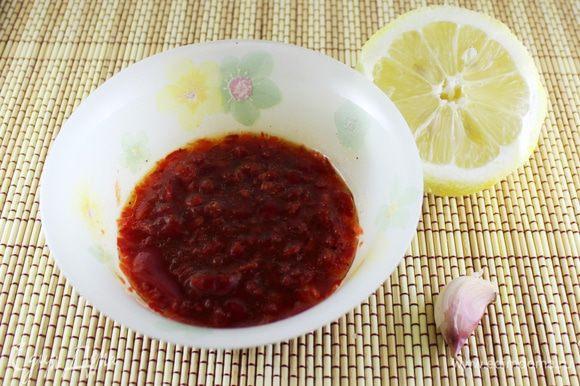 Измельчить в блендере 1 болгарский перец (небольшой), добавить оливковое масло, вустерский соус, соль, перец свежемолотый, чеснок (по желанию, я не добавляла). Лимонный сок можно добавить сразу в соус, а можно сбрызнуть уже готовый салат.