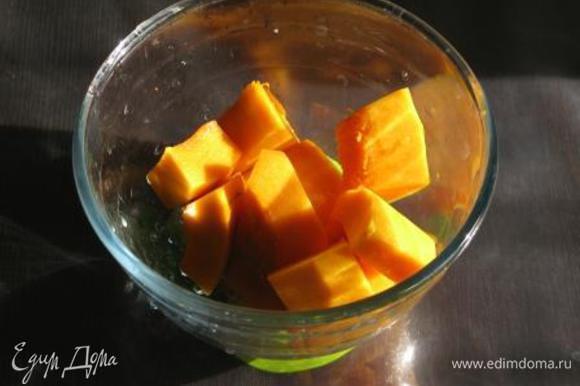 Залить тыкву водой и сварить с 1,5 ст.л. сахара до мягкости. Размять в пюре.