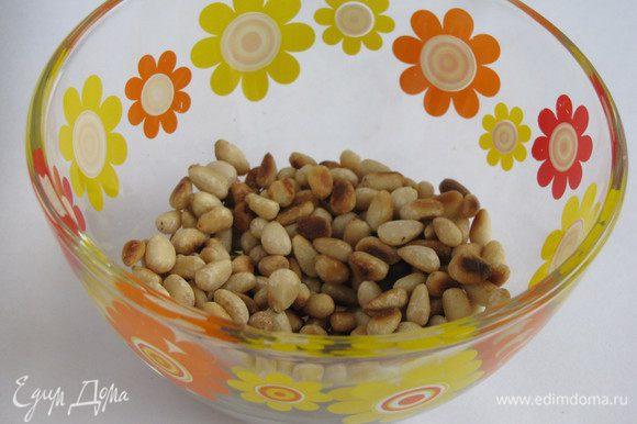 Кедровые орешки обжарить на сухой сковороде.