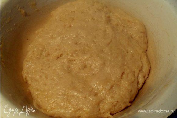 Добавляем просеянную муку и замешиваем тесто руками. Тесто к рукам не липнет, так как жирное из-за маргарина. Ставим на 20 минут в теплое место (я поставила около духовки, которую заранее поставила нагреваться).