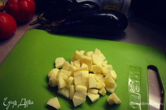 Очищаем удаляем сердцевину, нарезаем кубиками яблоко....отправляем тушиться...