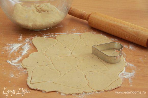 Тесто раскатать в пласт толщиной 5 мм. С помощью формы для печенья вырезать фигурки.