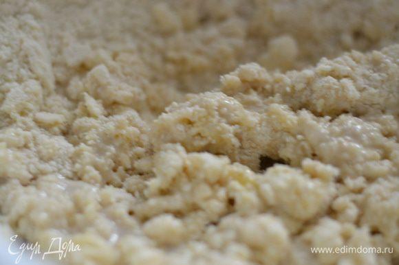 в теплом молоке с солью и сахаром размешать дрожжи. Добавить в муку с маслом желтки, затем добавить разведенные дрожжи.