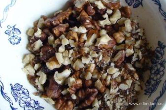 Грецкие орехи мелко порубить ножом.
