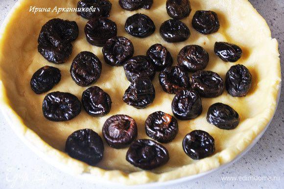 Разделить тесто на одну треть и на две трети. Большую часть руками растянуть по керамической форме (железную смазать маслом). выложить чернослив, выложить крем.