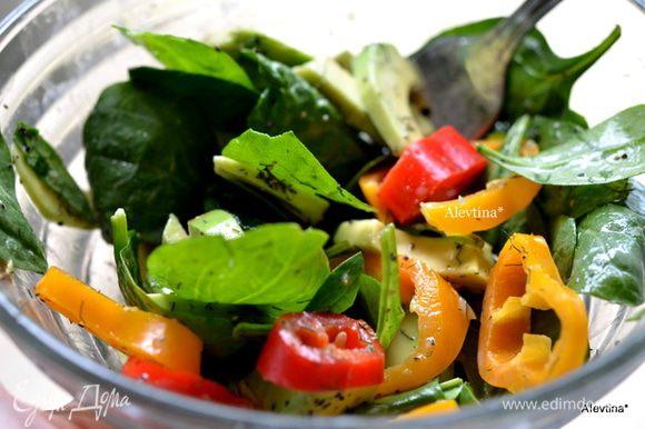 Смешать листья шпината, крупный шпинат нарвать, порезанный сладкий перец. Полить заправкой и подаем к столу.