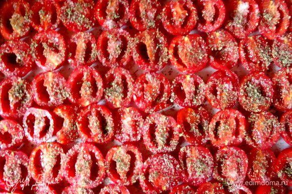 Помидорки помыть, обсушить, разрезать пополам, вынуть семечки и разложить на противень на пекарской бумаге. Посыпать солью, сухим майораном и смесью перцев. Поставить в разогретую до 80-100* духовку, примерно на 5-8 часов. Время приготовления зависит от типа духовки, размера противеня и плотности укладки помидорок, чем плотность выше, тем дольше запекаться будут.