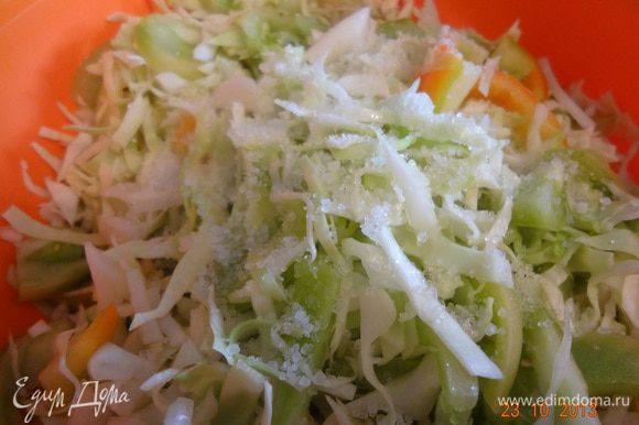 Подготовленные овощи смешать в глубокой эмалированной кастрюле (миске), добавить всю соль еще раз хорошо вымешать.