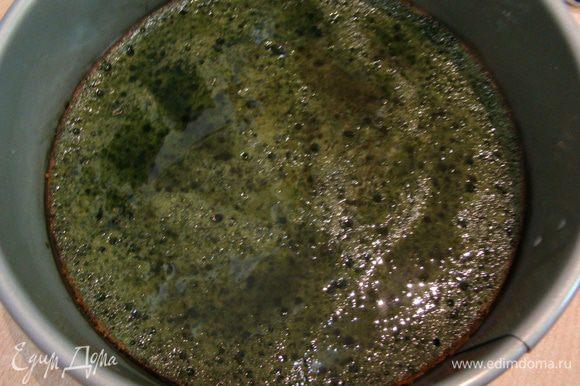 Охлажденный бисквит разрезаем вдоль на 2 коржа, один из них оставляем в форме, где он выпекался, поливаем сиропом (в кипятке растворить сахар и размешать с чайным порошком).